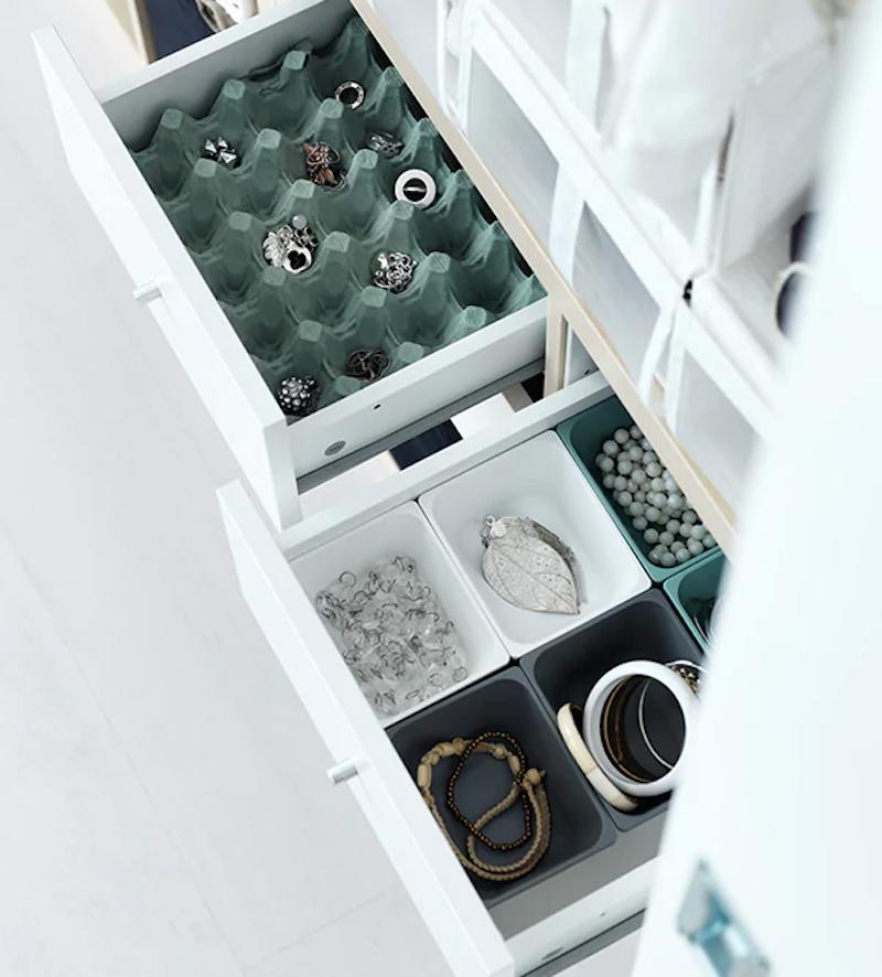 Hueveras de cartón dentro de los cajones para ordenar ropa interior, calcetines o bisutería.