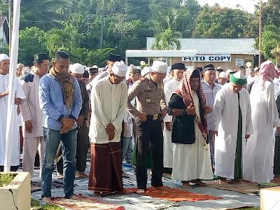 Hadiri Sholat Idul Fitri, Ratusan Umat Muslim Penuhi Lapangan Polres Minsel