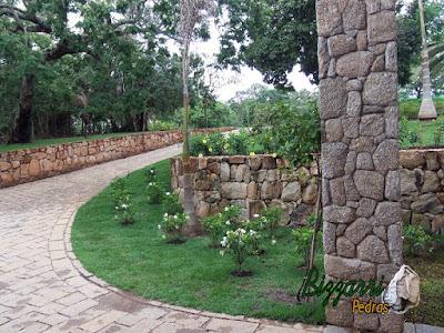 Detalhe de revestimento com pedra, com pedra moledo, no pilar na entrada da residência em Piracaia-SP.