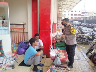 Agar Terapkan Protokol Kesehatan, Bhabinkamtibmas Ende Pantau Pasar Sentral