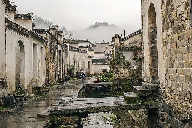 Ruelle de Xidi avec les collines embrumées des environs