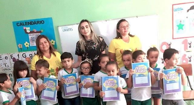 Secretaria de Educação faz entrega de livros para alunos da rede municipal