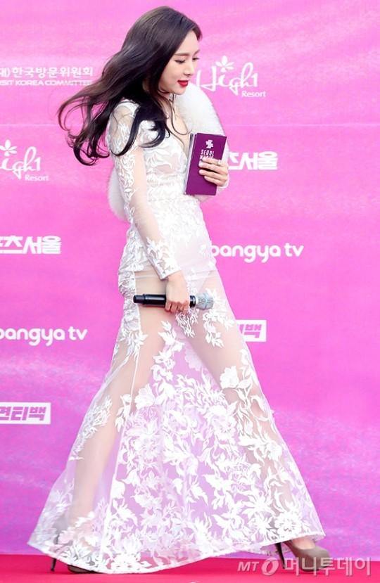 Han Cho Im elbisesiyle  '2019 Seul Müzik Ödülleri'nde ilgi odağı oldu