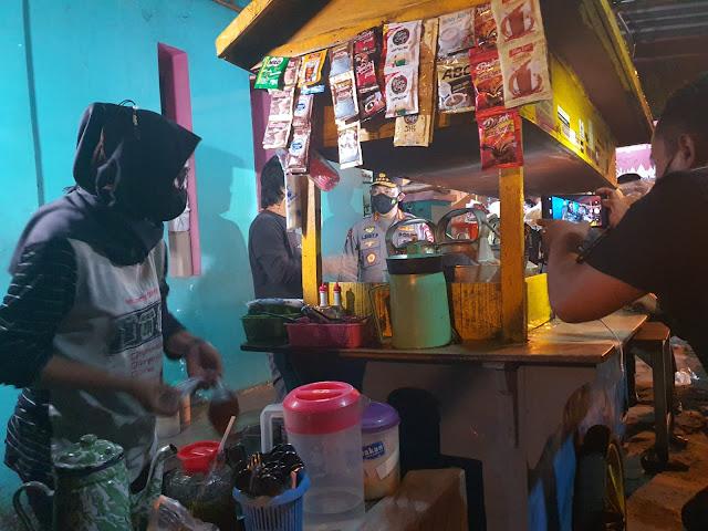 Keliling Kota Solo, Kapolri Sapa Pedagang HIK Sambil Bagi Sembako