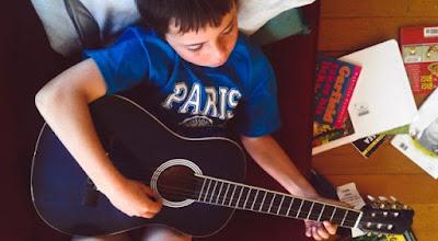 As crianças precisam de menos tablets e mais instrumentos musicais.