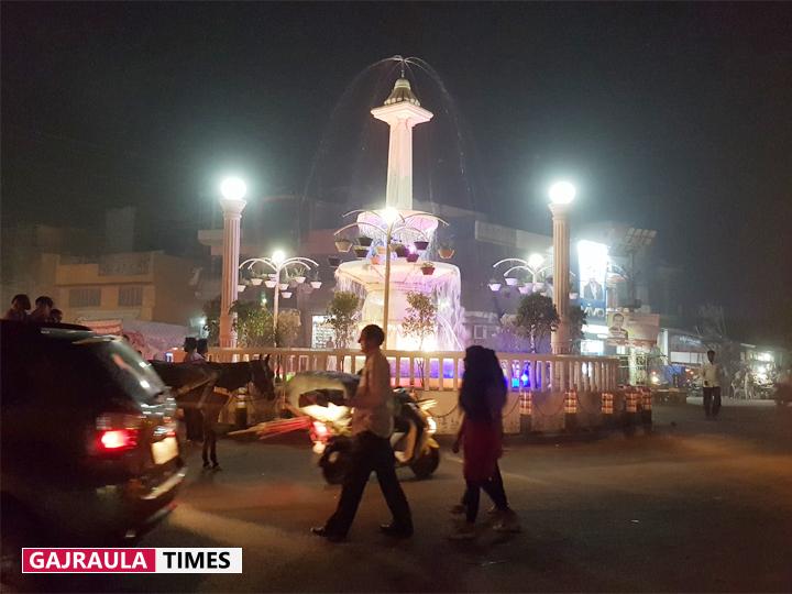गजरौला में रोज दीपावली जैसा नज़ारा दिखाई देता है