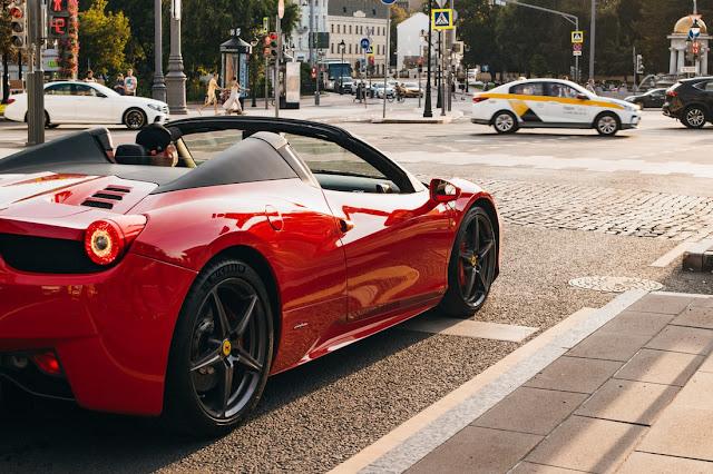 kendaraan mobil sport merah