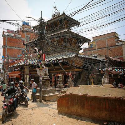 Templo y cables en Katmandú