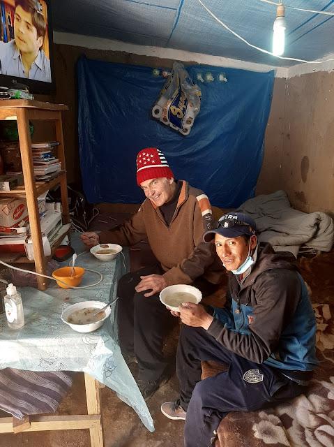 Foto: Wir essen gemeinsam mit den Leuten