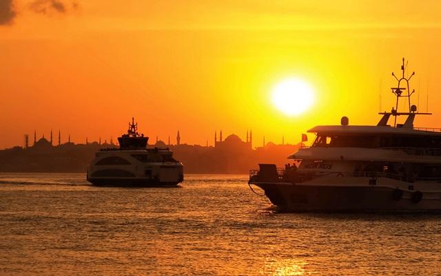 Passeio de barco pelo Bosfóro. Foto: Alp Ancel