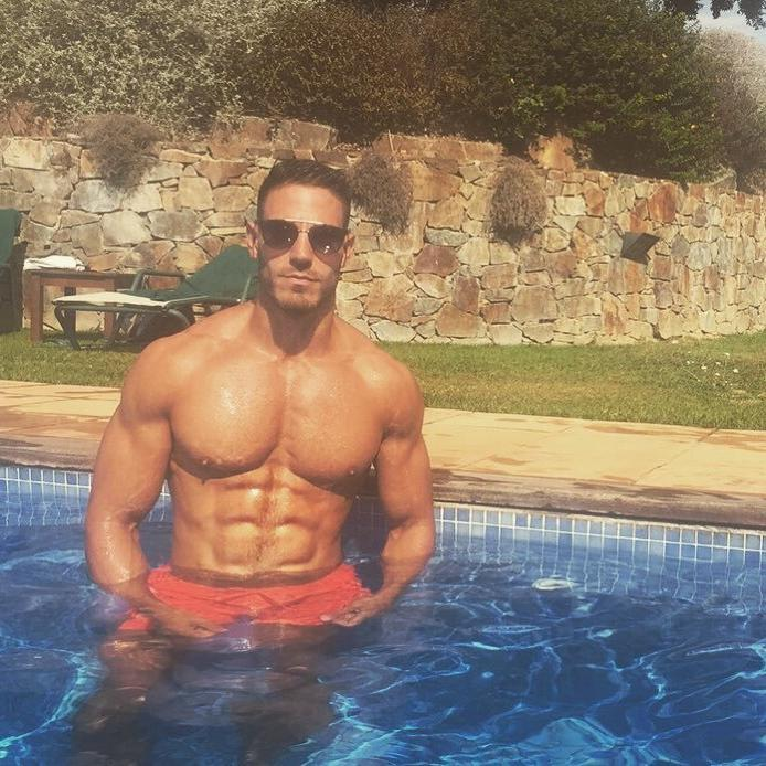 sexy-shirtless-muscle-perky-pecs-male-nipples-pool-hunk-iluis-tura-pictures
