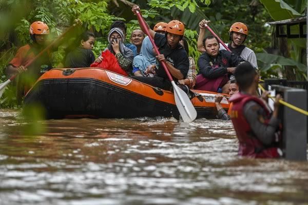 Pekerja Sosial vs Gerombolan Hoaks di Area Banjir