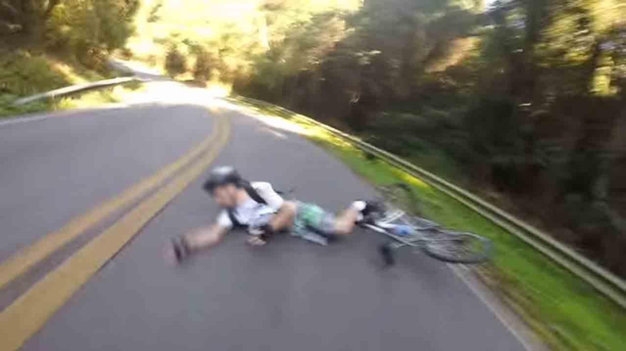 """Ciclista caiu e, na sequência, foi atropelado por outro ciclista. Foto: frame do vídeo """"Acidente no Pico do Jaraguá"""", de Vinicius Caccavo."""