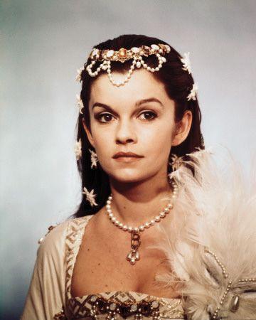 Geneviève Bujold (1 de julio de 1942) es una actriz canadiense e472b499d03