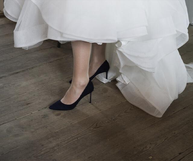 na foto aparece um pe calcado em um sapato scarpin preto