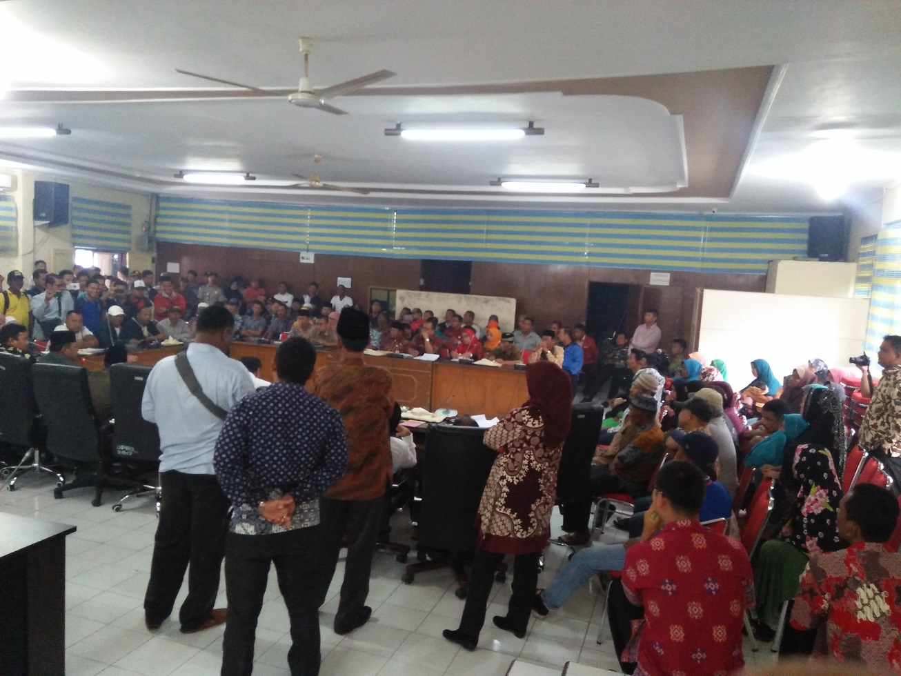 Satusan Kepling yang mendatangi kantor DPRD Tanjungbalai