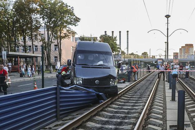 У Києві п'яний водій мікроавтобуса вилетів на колії швидкісного трамвая, пробивши його огорожу