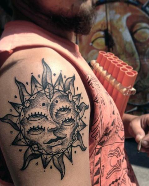 Tatuaje de sol y luna para hombre e el hombro