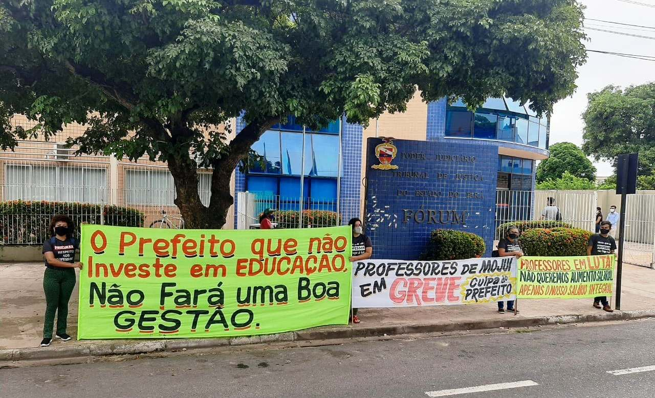 Professores de Mojuí dos Campos fazem ato em frente ao fórum; 71 dias de greve