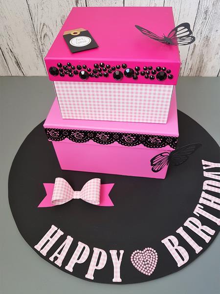 Gutscheingeschenk aus Schachteln in pink-schwarz