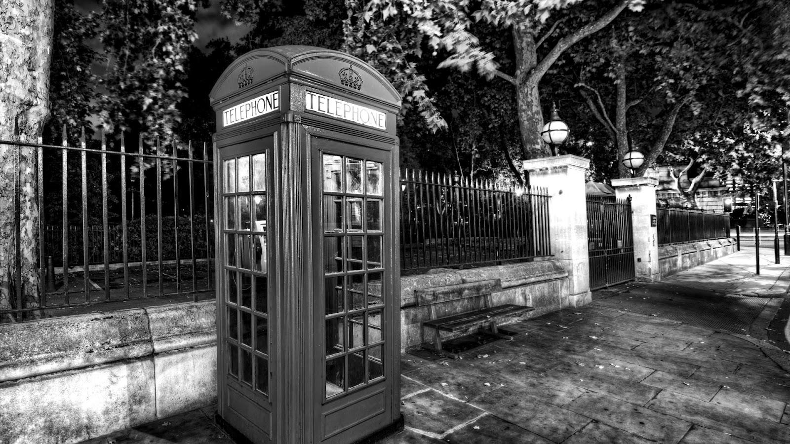 engelse telefooncel bij de ingang van een park bureaublad achtergrond ...