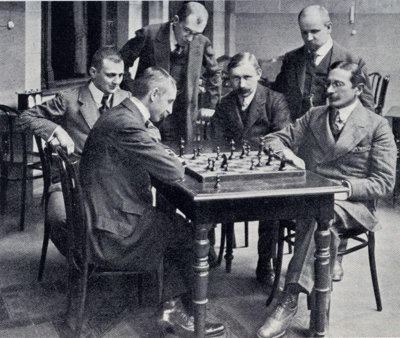 Karl Schlechter (1874-1918) face à Siegbert Tarrasch (1862-1934) en 1911.