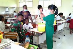Sinergitas TNI dengan Nakes Puskesmas Agimuga Berikan Pelayanan Kesehatan dan Bagi Kelambu ke Masyarakat