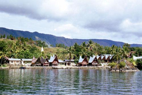 ... bernama pulau samosir yang berada di ketinggian sekira 1 000 meter di