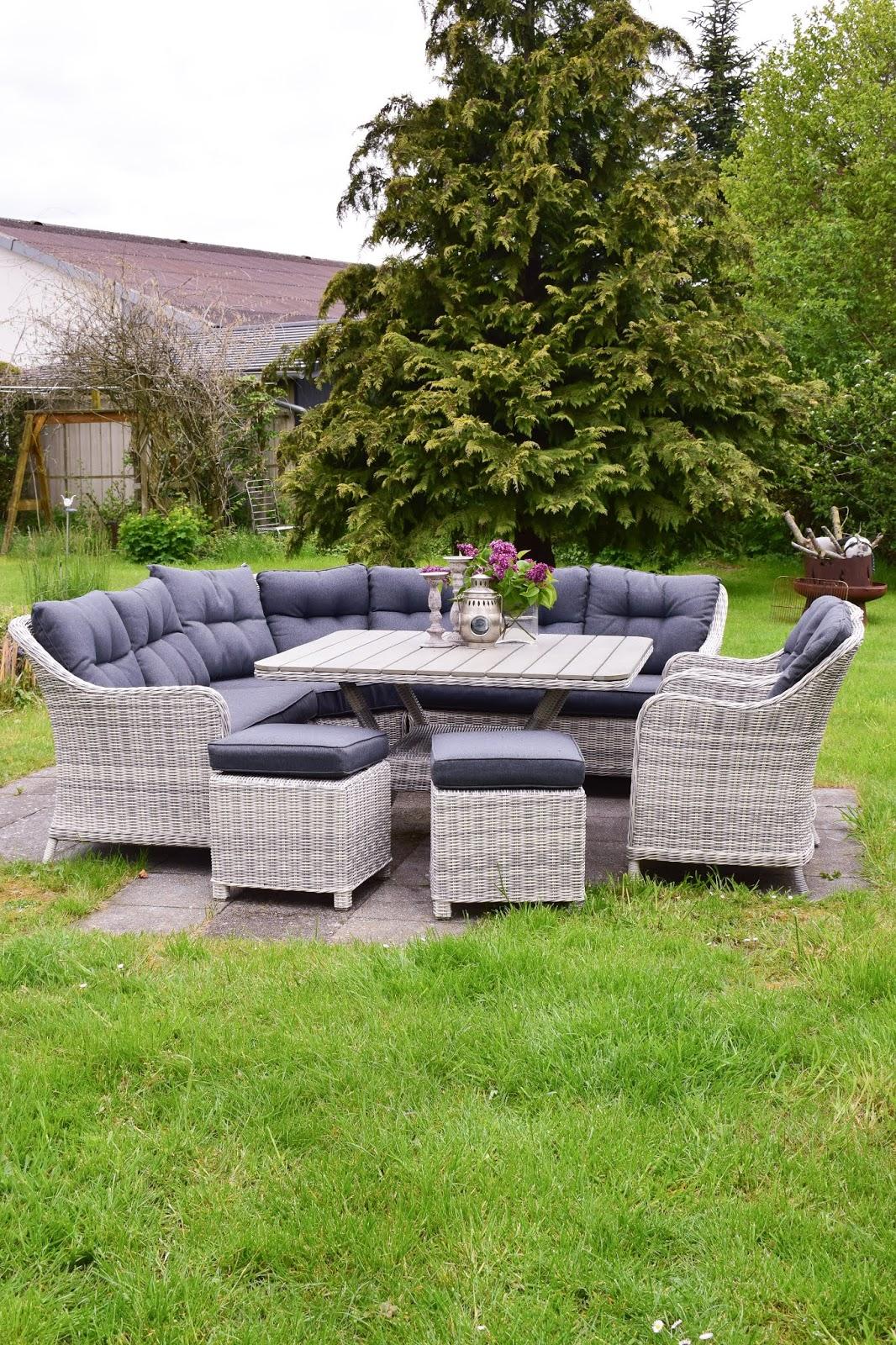Sitzgarnitur für den Garten. Gemütlich praktisch und schön aus Polyrattan und mit ganz viel Platz
