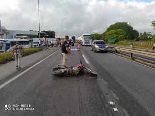 Motociclista se desequilibra, cai e tem cabeça esmagada por caminhão na BR-101
