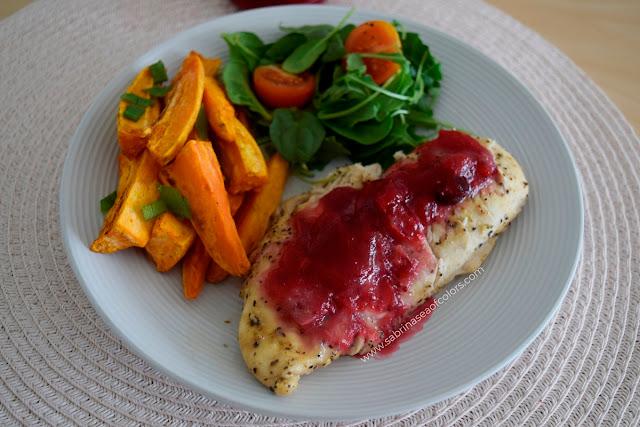 Pollo con salsa de arándanos rojos