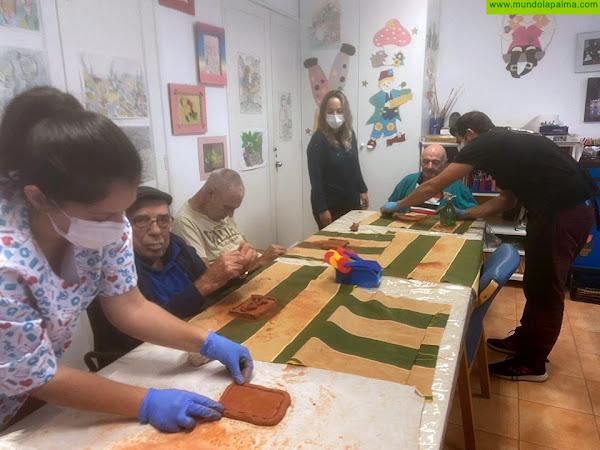 El Cabildo de La Palma promueve un taller de cerámica para mayores del Hospital de Dolores