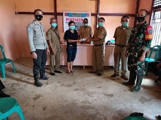 Bhabinkamtibmas Polsek Menukung awasi Penyaluran BLT Desa Nanga Melona