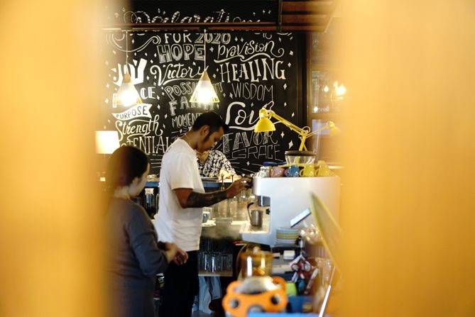 Aktivitas barista di kedai kopi