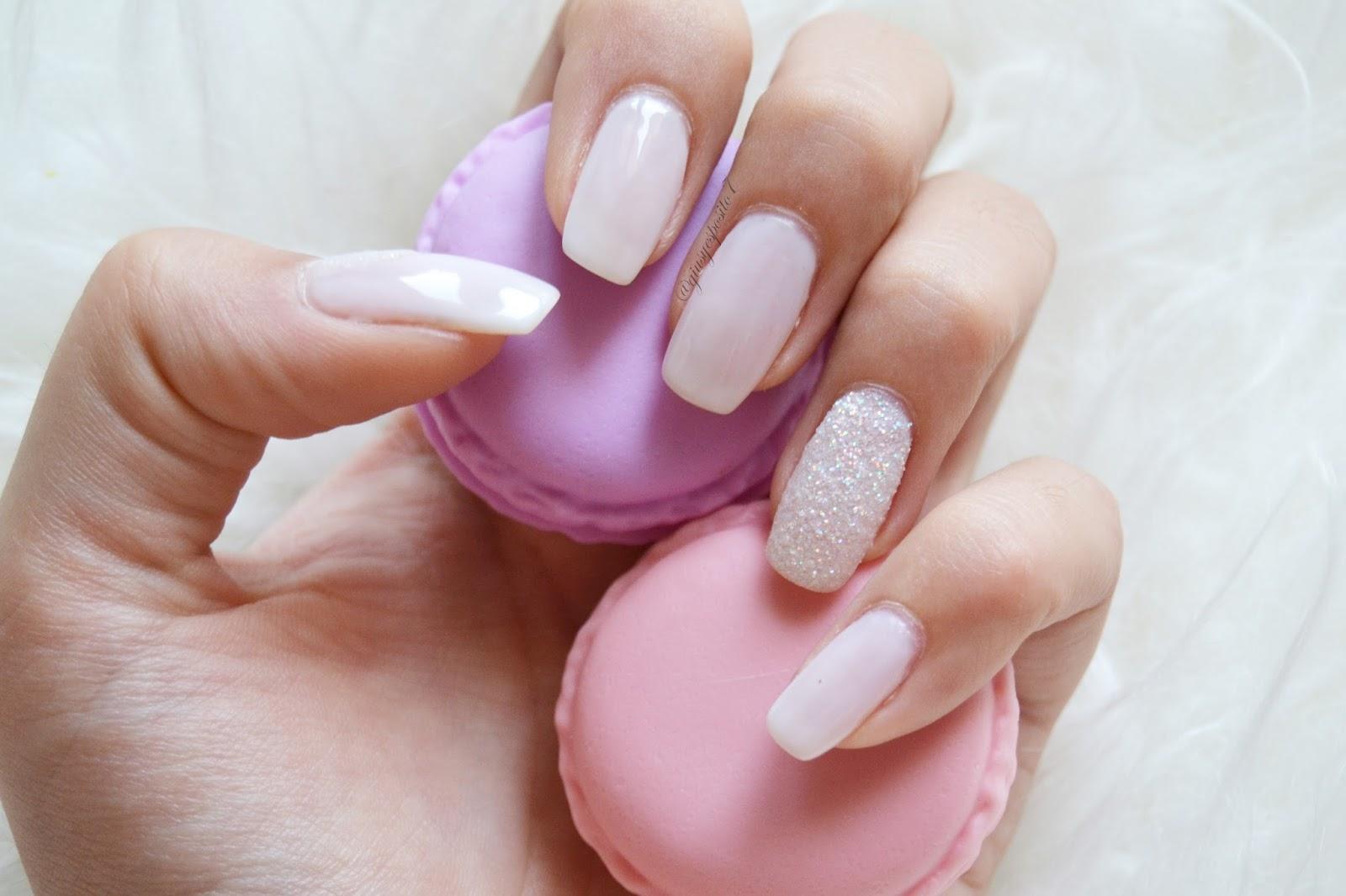 Effetto Zucchero la nail art molto invernale se fatta nella versione con  polvere bianca. Il risultato è fine ed elegante. Dopo aver passato il  colore e il