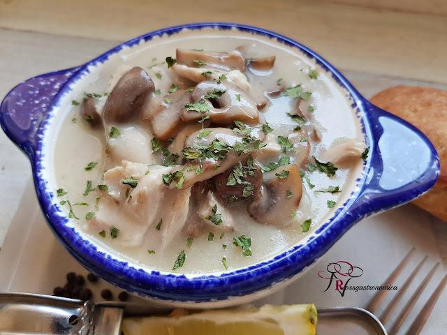 Pollo en salsa blanca con hongos