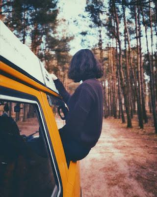 nomad.ed-blog-aquecida-cida-silva-garota-viajando-na-janela-do-carro