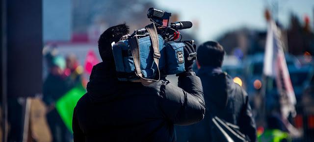 Un periodista cubre una moviización.Unsplash/Jovaughn Stephens