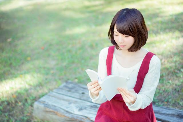 pemudi perbaiki diri dengan membaca