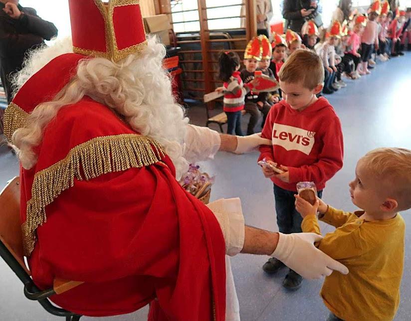 São Nicolau numa escola pública de Linéville, Alsácia.