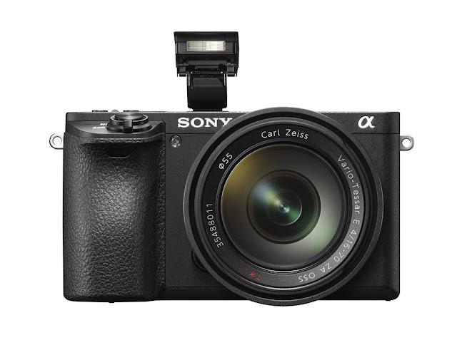 Fotografia della Sony A6500 con flash alzato