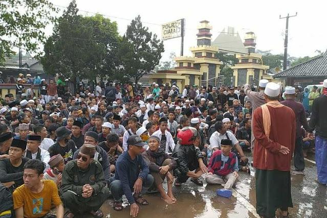 Umat Islam Ciamis Demo di Kantor Polisi, Minta Ditahan seperti Habib Rizieq Shihab