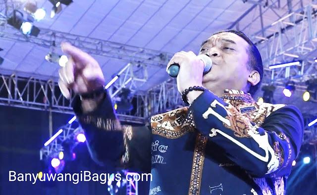 Didi Kempot membawakan lagu Cidro di Banyuwangi.