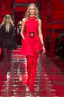 tacon alto, botas super altas rojas pegadas como un guante