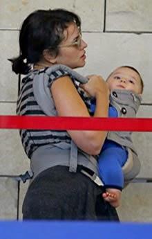Norah Jones viaja con su bebe