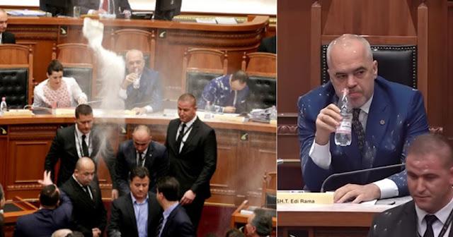 Αλβανία: Αλεύρωσαν τον Πρωθυπουργό μέσα στη Βουλή (video)