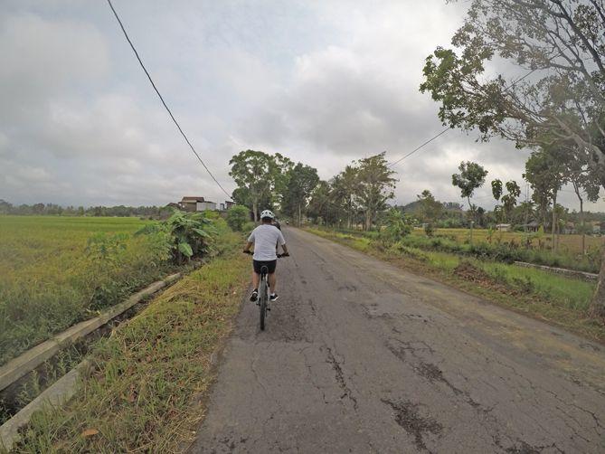 Melintasi jalan Gedongan - Tempel