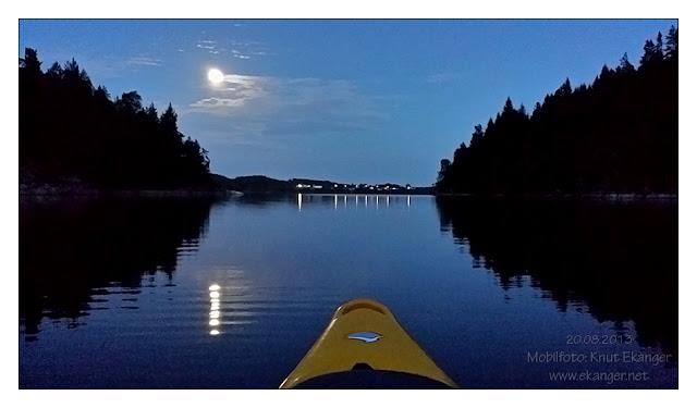 Padletur i Hallevannet 20/08-2013. Det ble kveld og natt, en herlig fullmåne lyste og viste vei. Mobilfoto.
