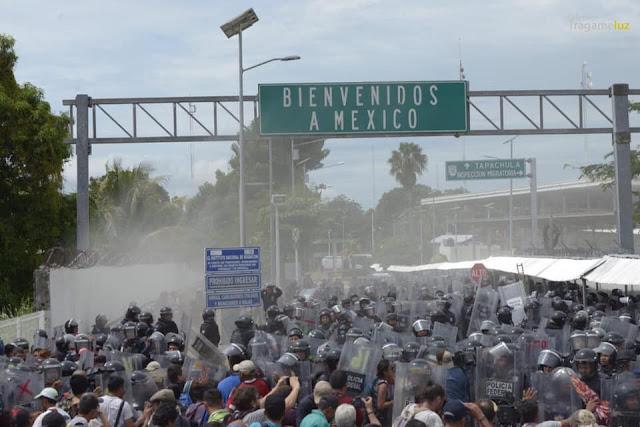 """""""Bienvenidos a México"""". Foto de Tragameluz en la frontera Guatemala-México"""