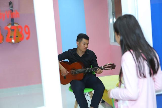 Khách tham quan phòng học Guitar - Trường nhạc SMS quận 2 cơ sở 3